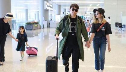 黄磊一家四口机场秀,黄多多金发实力抢镜,一身穿搭像超模