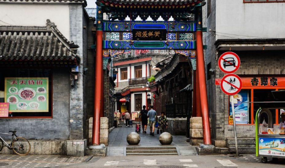 京味儿十足的一条繁华老街,逛逛钟表铺、毛笔铺、老字号小吃店!