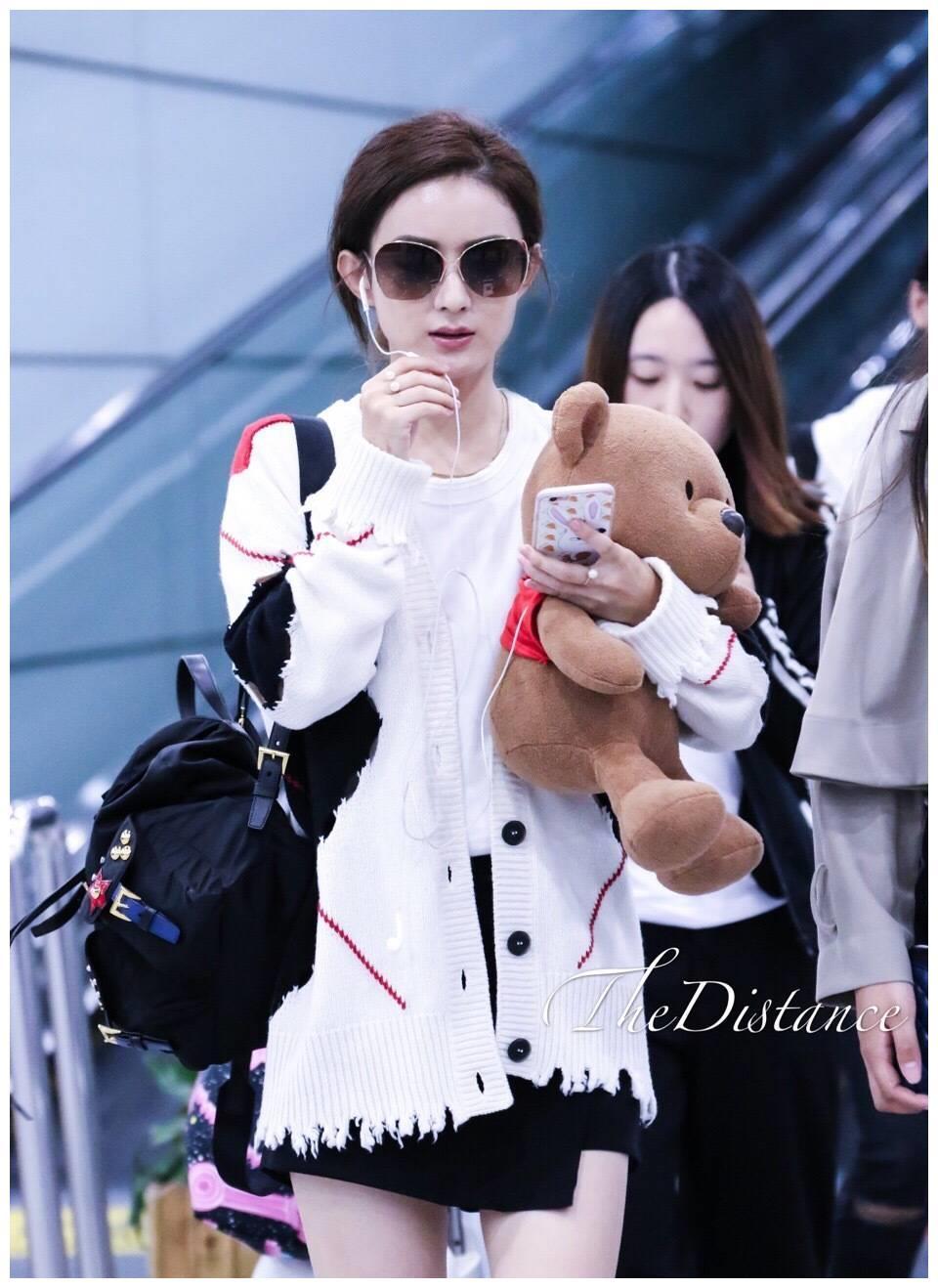 赵丽颖私服被赞有进步,抱着小熊手机不离手,这是跟谁聊呢?