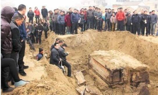 工人挖地基时,挖出绝色女尸,阳光照射后,考古专家脸色大变