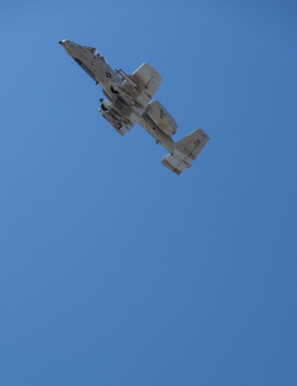美国空军为何不舍A-10退役?可野外起降,发动机打烂仍返航