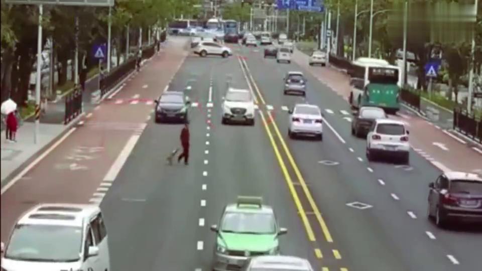 大妈任性横穿不看路,要不是监控,这车祸谁来负责!