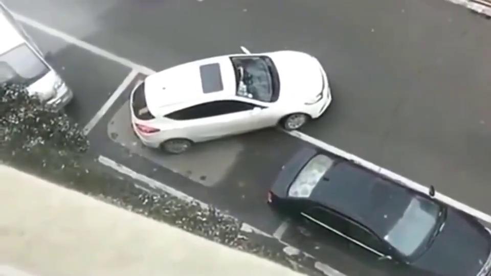 女司机停车很墨迹,结果被老司机抢了车位,监控拍下全过程
