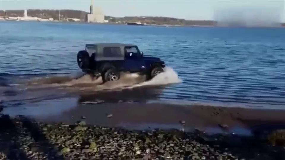 Jeep牧马人玩水,结果被陷了!太尴尬了