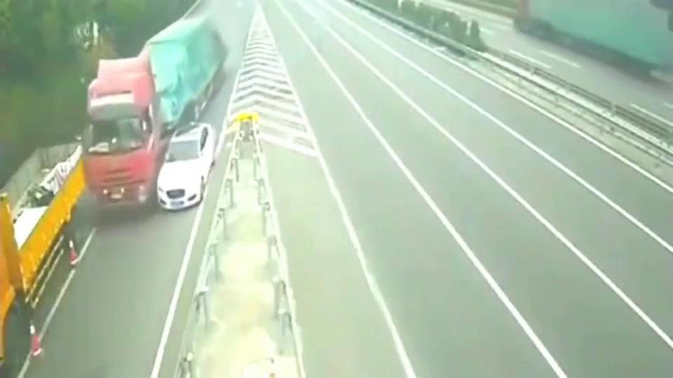 监控:宝马女司机高速口,真的太作死了!