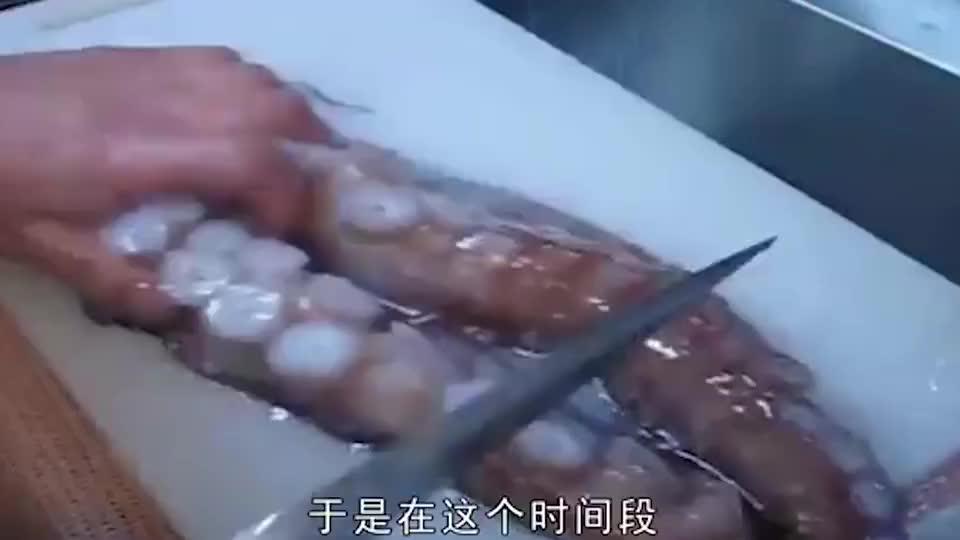 """日本厨师活切""""巨型大章鱼"""",这刀法实在太利落了,网友:真秀!"""