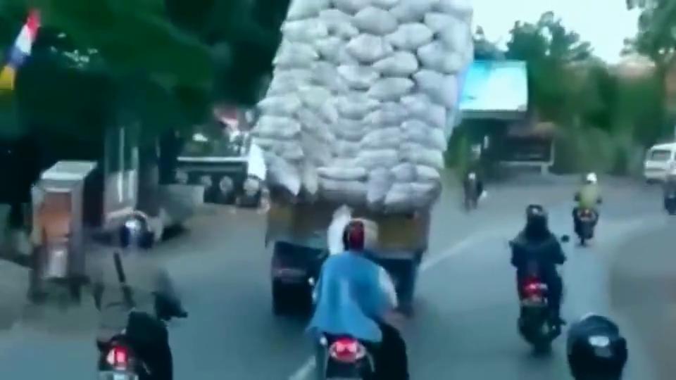 超载的大货车一路上摇摇晃晃,5秒后该来的还是躲不了!