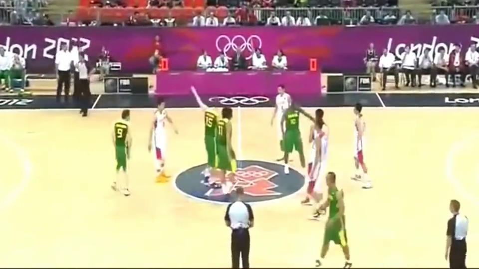 """篮球界的""""奥斯卡"""",瓦莱乔开场就假摔,易建联一脸懵圈"""