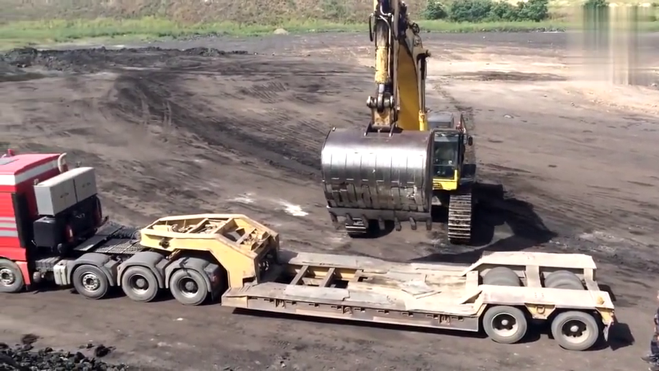 德国挖掘机司机发明这种上板车方法,这下就不用怕翻车了!