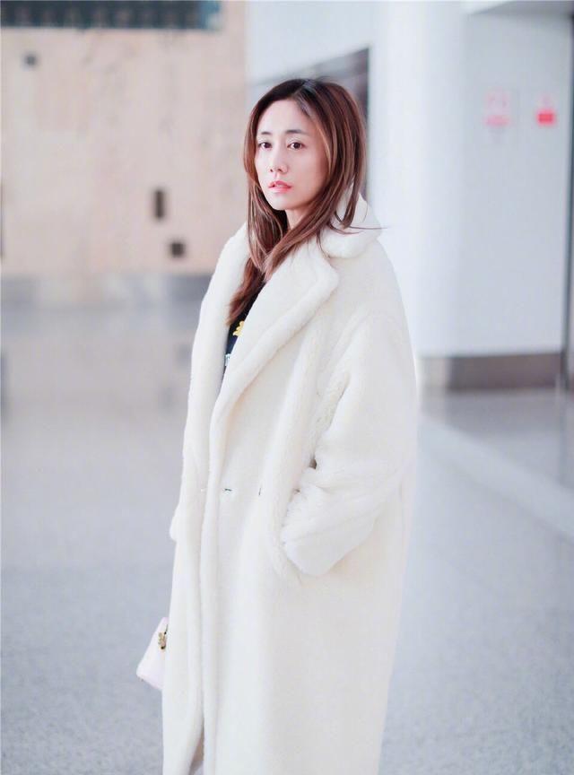 刘芸素颜现身机场!白色毛绒外套时髦清新