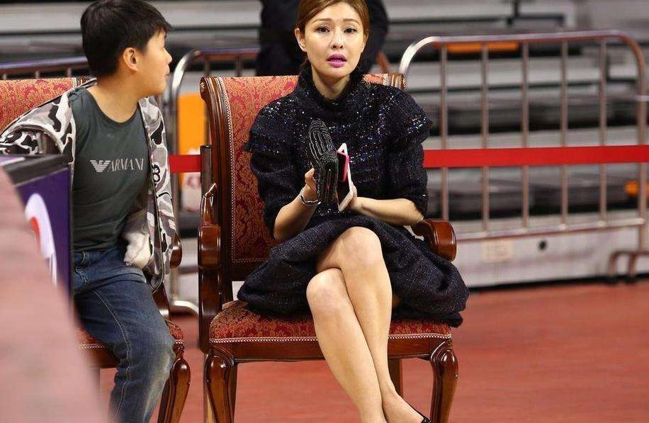 她是CBA最美老板娘,身价40亿,40岁韵味十足,易建联都为她打工