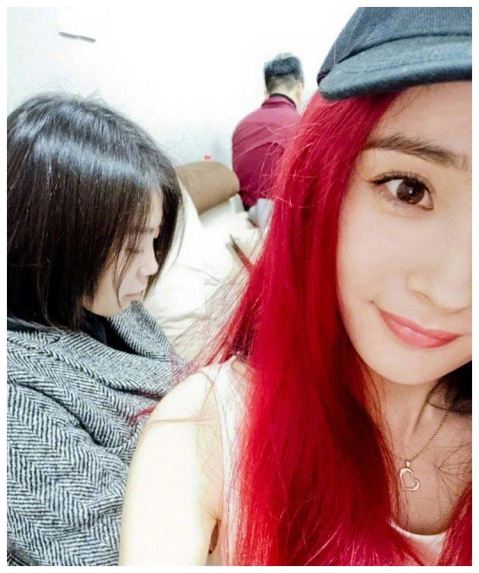 杨幂红发,范冰冰银发,迪丽热巴紫色的头发,你觉得谁更惊艳?