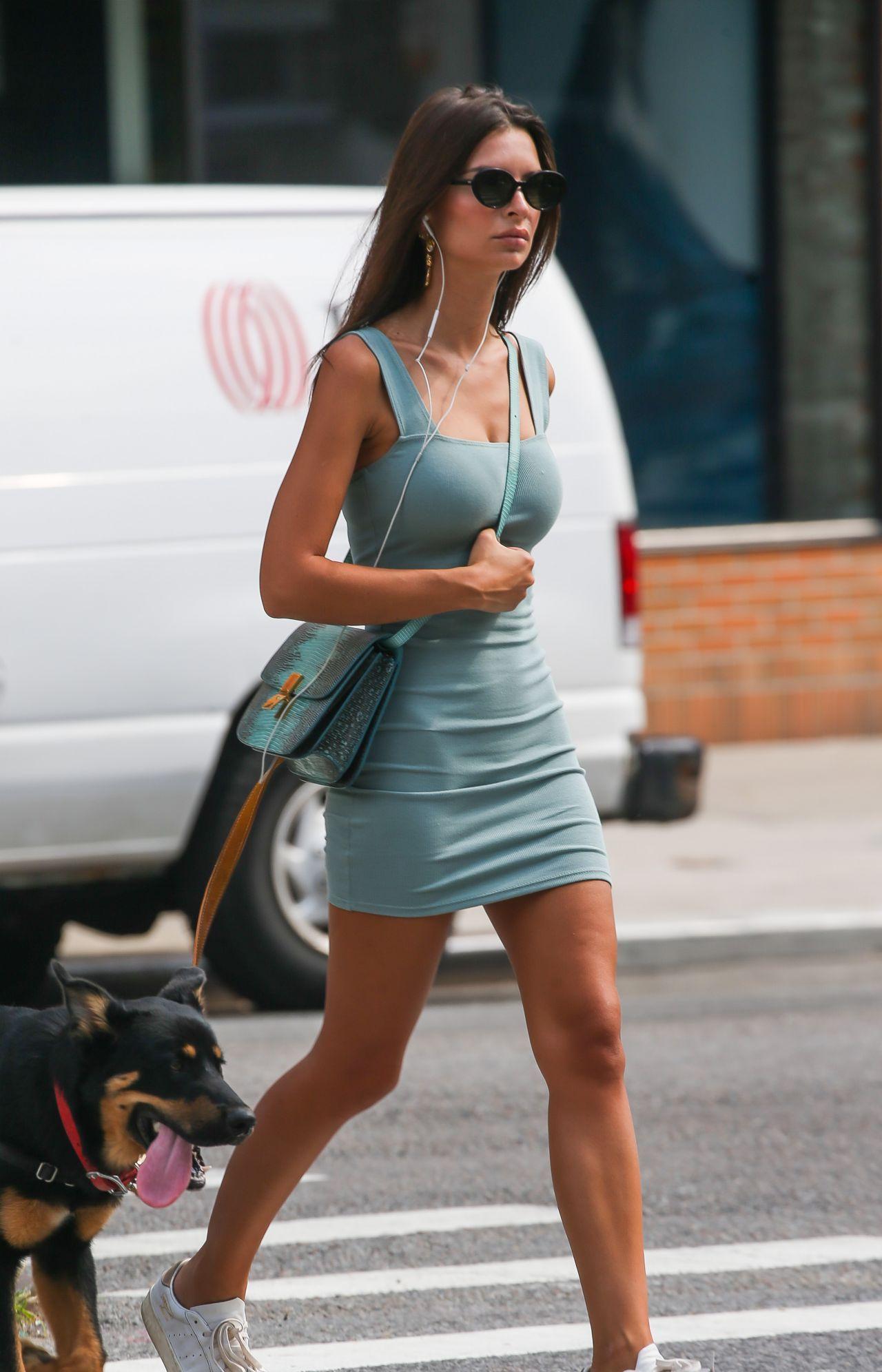 超模艾米丽·拉塔科夫斯基休闲短裙纽约街头边走边遛狗