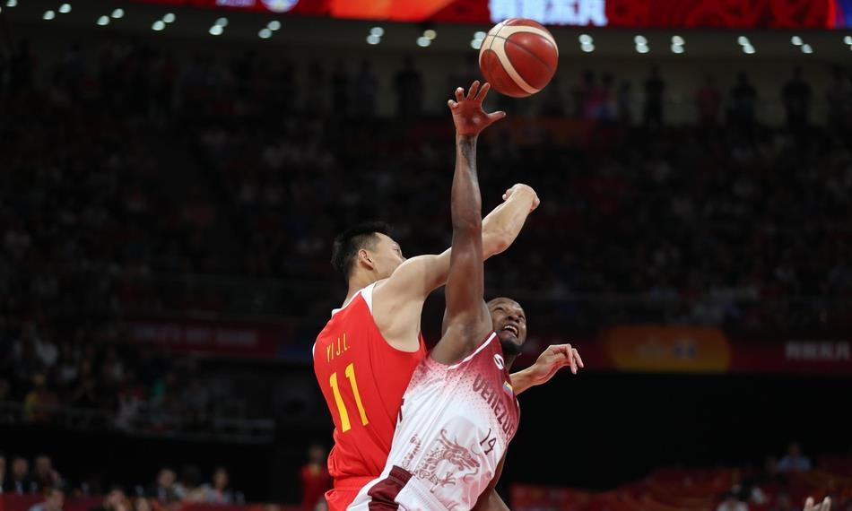 28比49!中国队篮板遭对手完爆,球迷怒斥:身高优势去哪了?