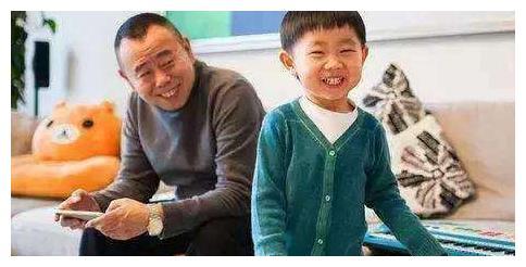 赵本山10岁外孙罕见曝光,留锅盖头走路带风童星范儿十足