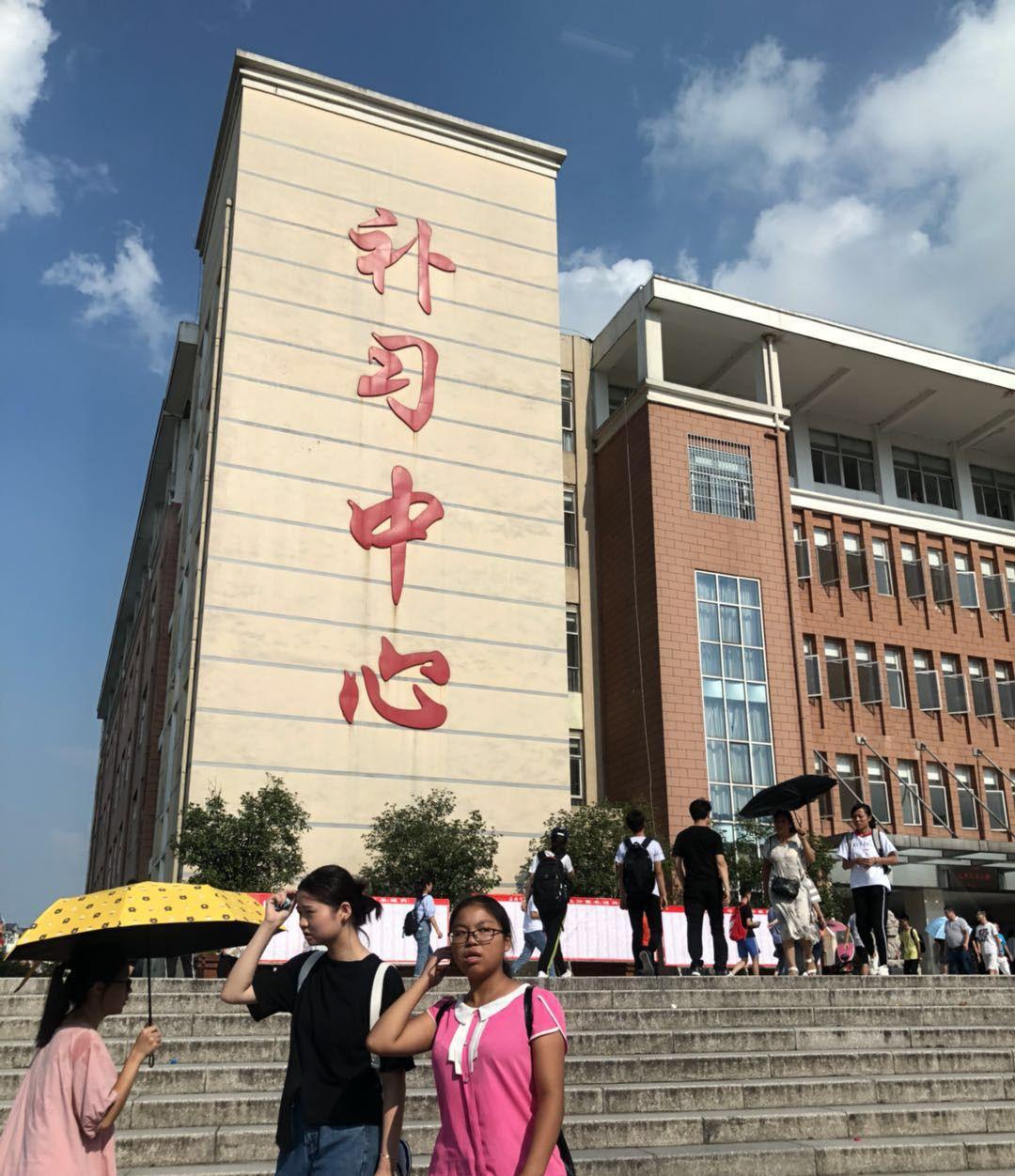 毛坦厂中学发布《新生指南》,租房学生须家长陪读,房东收入丰厚
