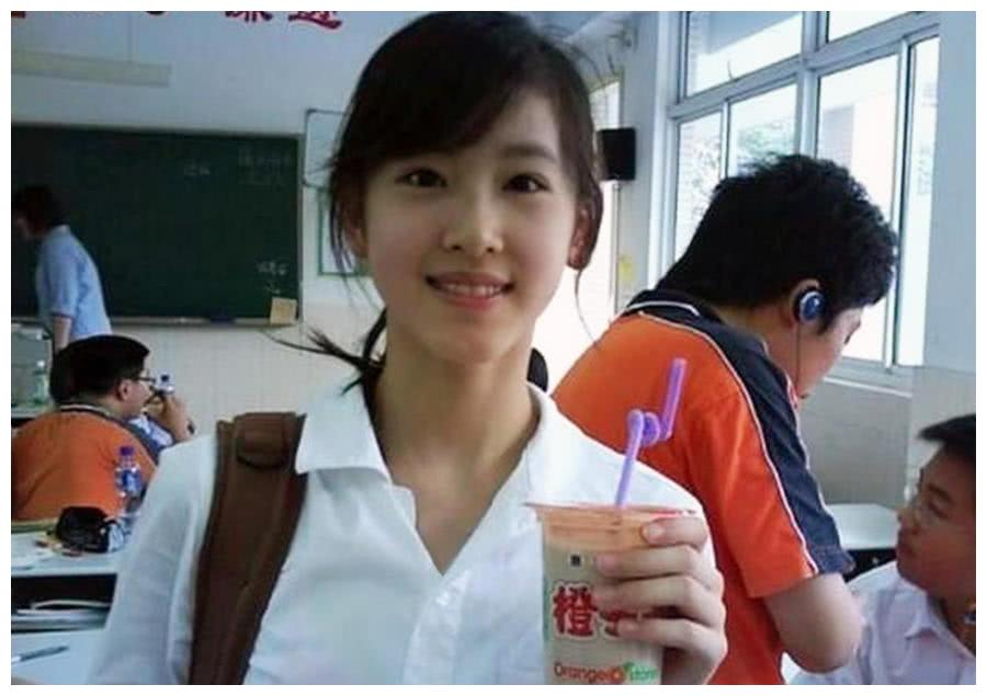 """又有一位女孩像章泽天一样因手捧奶茶走红,还有""""刘强东""""吗?"""