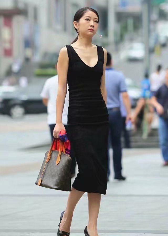 街拍:图1成熟迷人,一件黑色连衣裙,简直让人目不转睛!