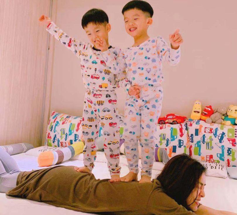 范玮琪晒双胞胎儿子萌照,飞飞翔翔给妈妈踩背笑容灿烂