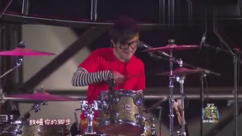 四川卫视跨年演唱会:国内最牛逼的朋克乐队反光镜演唱《嘿姑娘》