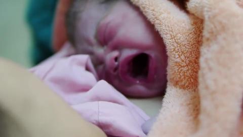 还在产床上的妈妈第一时间安抚刚出生的宝宝 母爱的伟大令人感动!