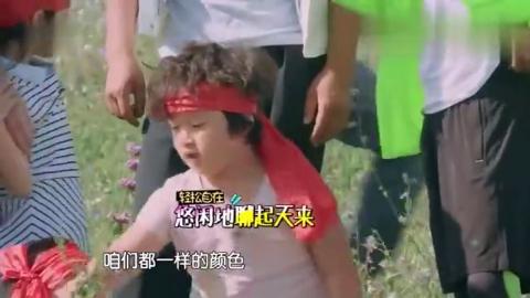 爸爸去哪儿:邹市明自告奋勇去比赛,康康一脸无奈的看着轩轩