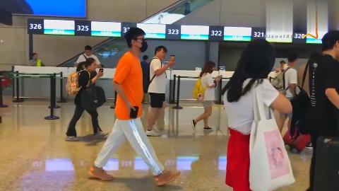 贾乃亮橙色T恤鲜亮十足 ,偶遇欧阳娜娜热聊手舞足蹈