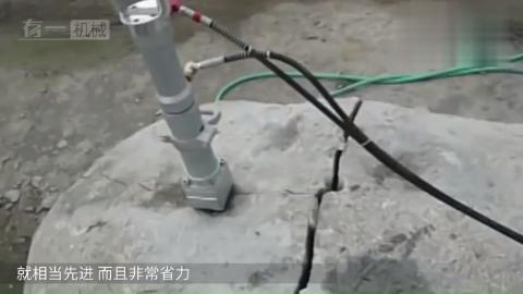 日本海滩上巨型圆石都是怎么劈开的,用这机器比砸钉子方便多了