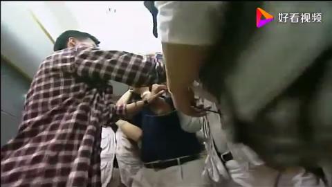 小伙被记者围堵,接下来简直让人笑死,拉女同事当垫背是认真的吗