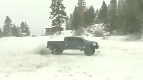 雪地玩漂移,看来这车改装的很成功,都不带打滑的!