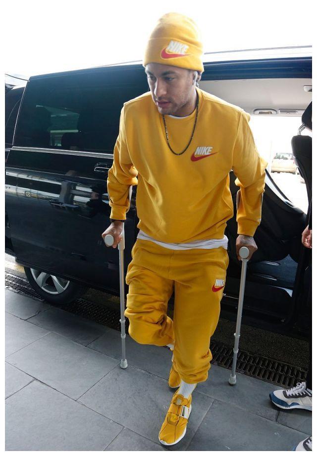 内马尔现身巴塞罗那机场,受伤后拄拐艰难前行