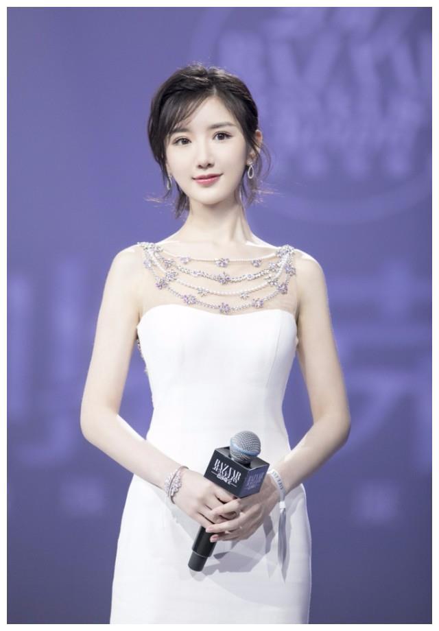 毛晓彤身穿白色长裙,精心设计美背毕露,网友:为博眼球真是拼了