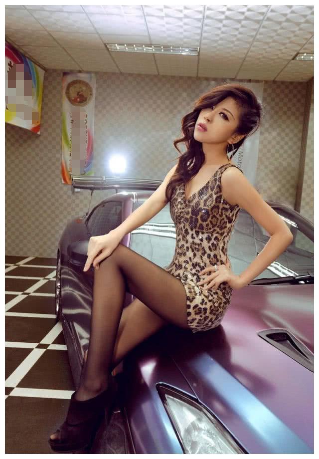日产GTR现身,车模紧身豹纹,黑丝美腿挺不错