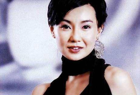 54岁的张曼玉项链可以安静的躺在锁骨上,女神迟暮因为太瘦!