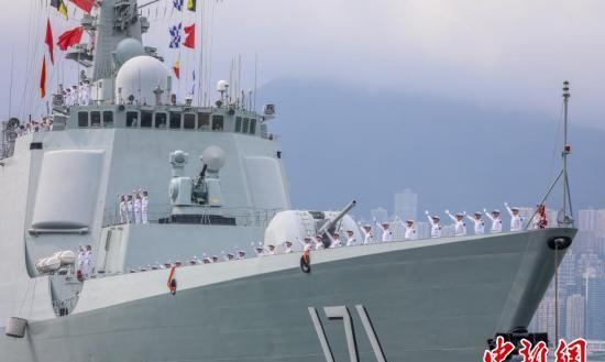 海军舰艇编队靠泊香港 受到市民热烈欢迎