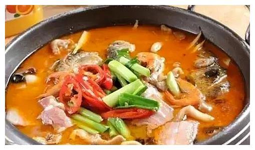 精选美食:小鲫鱼锅,老干妈烧凉粉,蚝油香菇,凉拌小白菜的做法