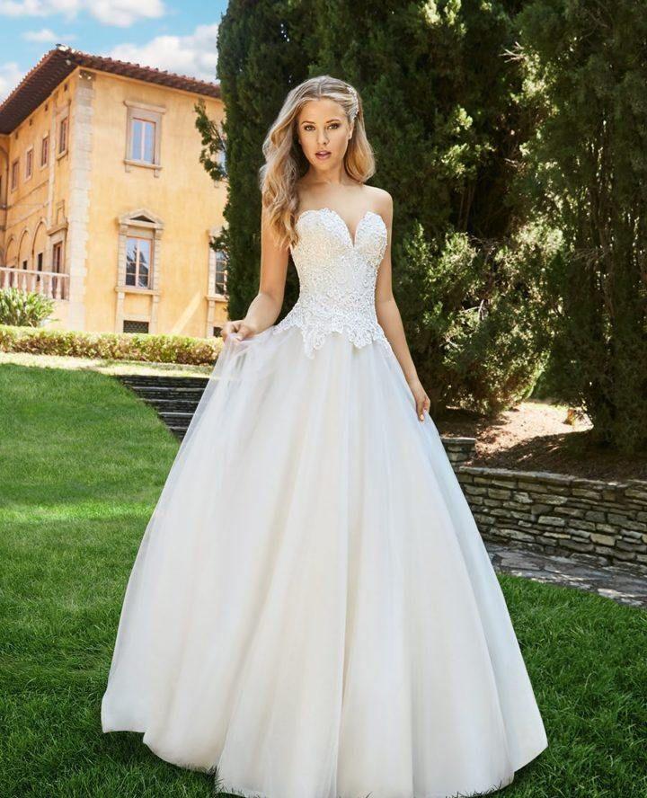高质量的面料和难以置信的贴身手缝细节月光呈现美丽的婚纱礼服