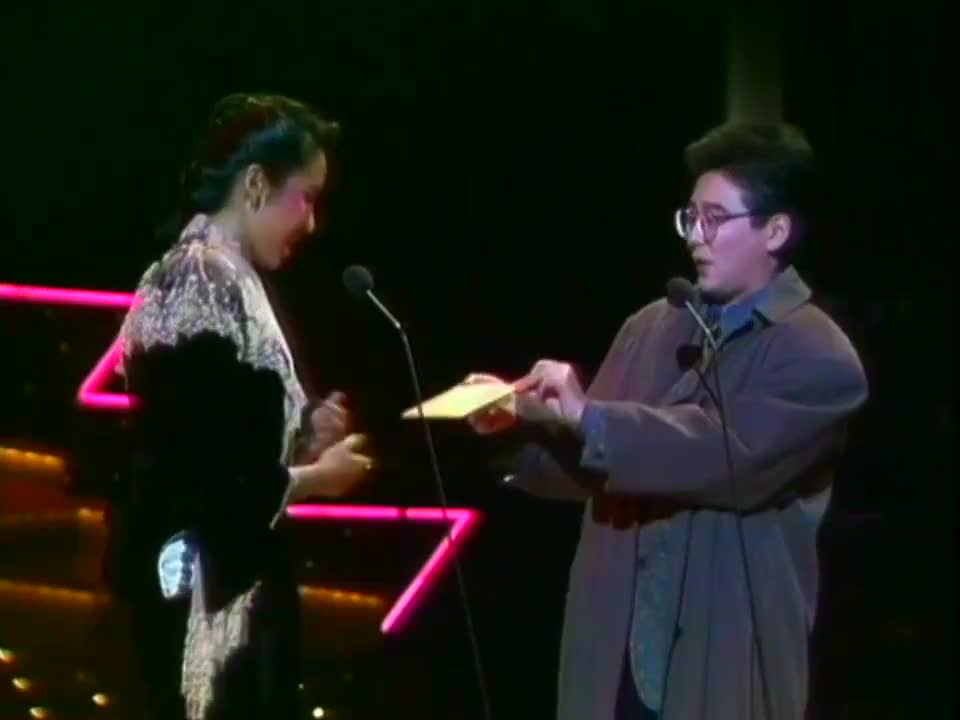 1985年香港小姐朱玲玲为谭咏麟颁奖!