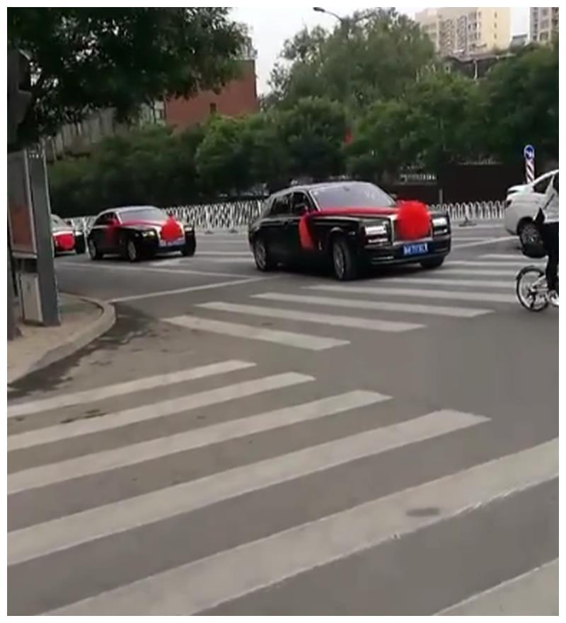 奔驰G500 4X4做婚车,车价375万,挂4个8车牌,车尾全是劳斯莱斯