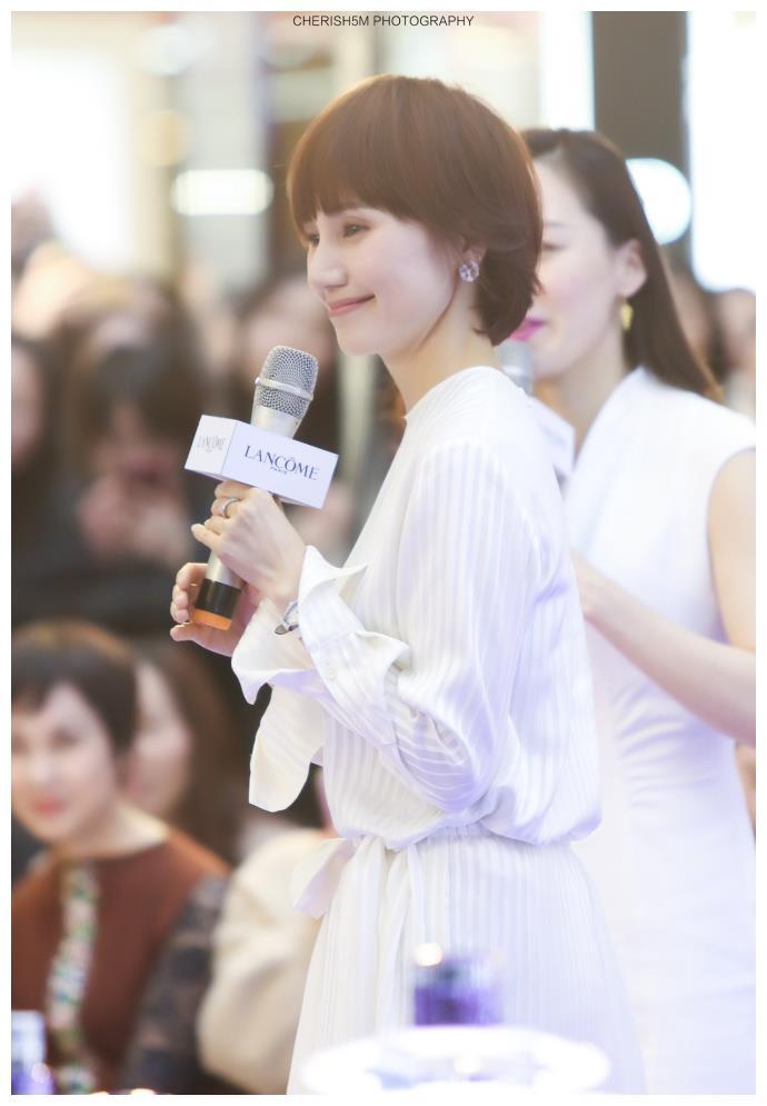 袁泉出席活动仙气十足,但出镜的手却暴露了她的真实年龄!