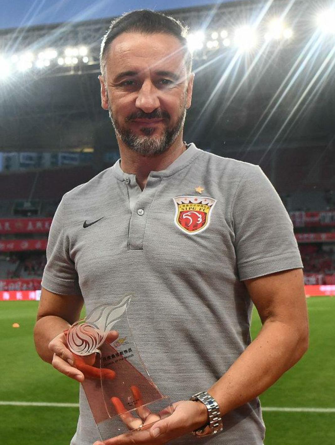 中超第13轮赛前朱广沪为上港主帅佩雷拉颁发五月份最佳教练奖杯
