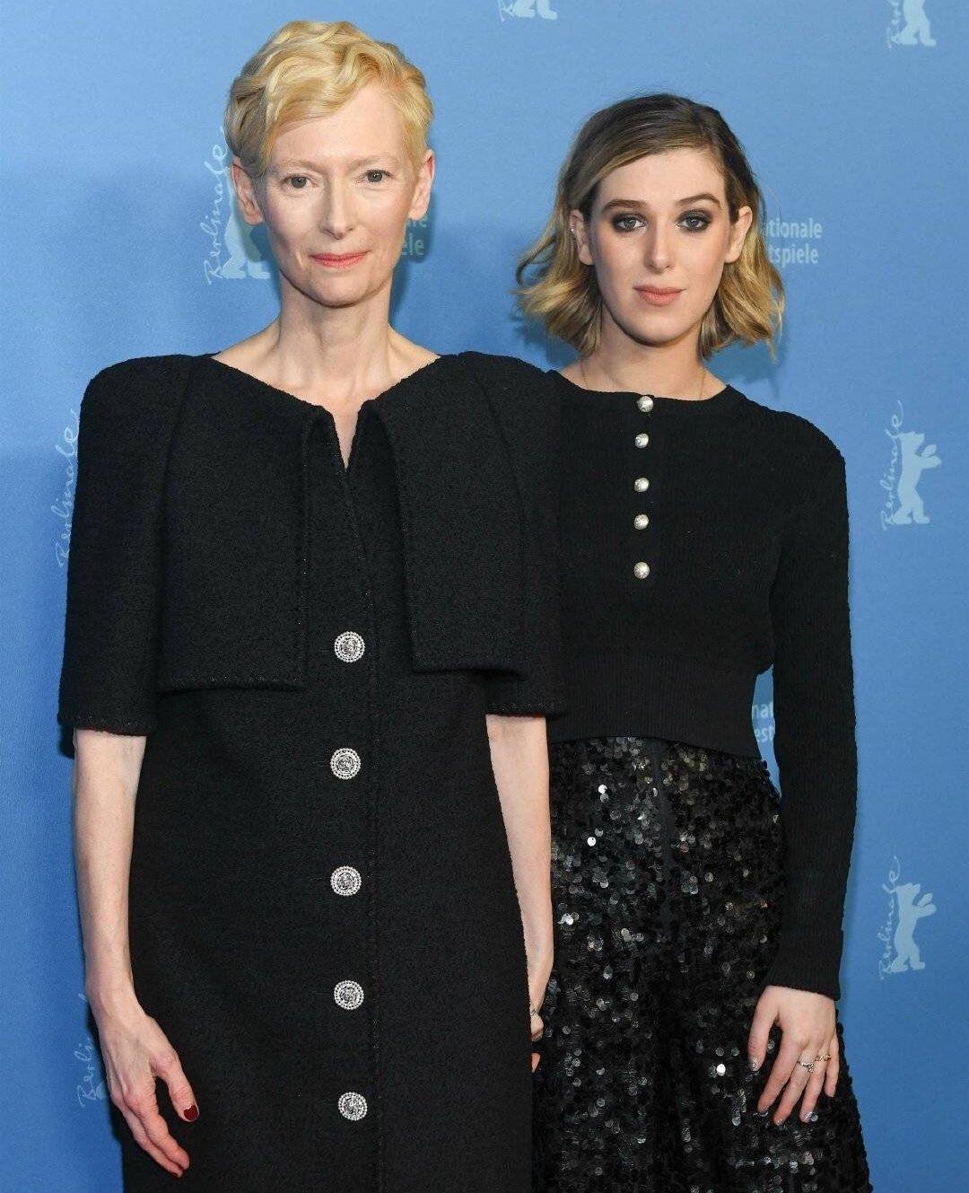 电影《纪念品》举行首映,女王蒂尔达·斯文顿和女儿亮相