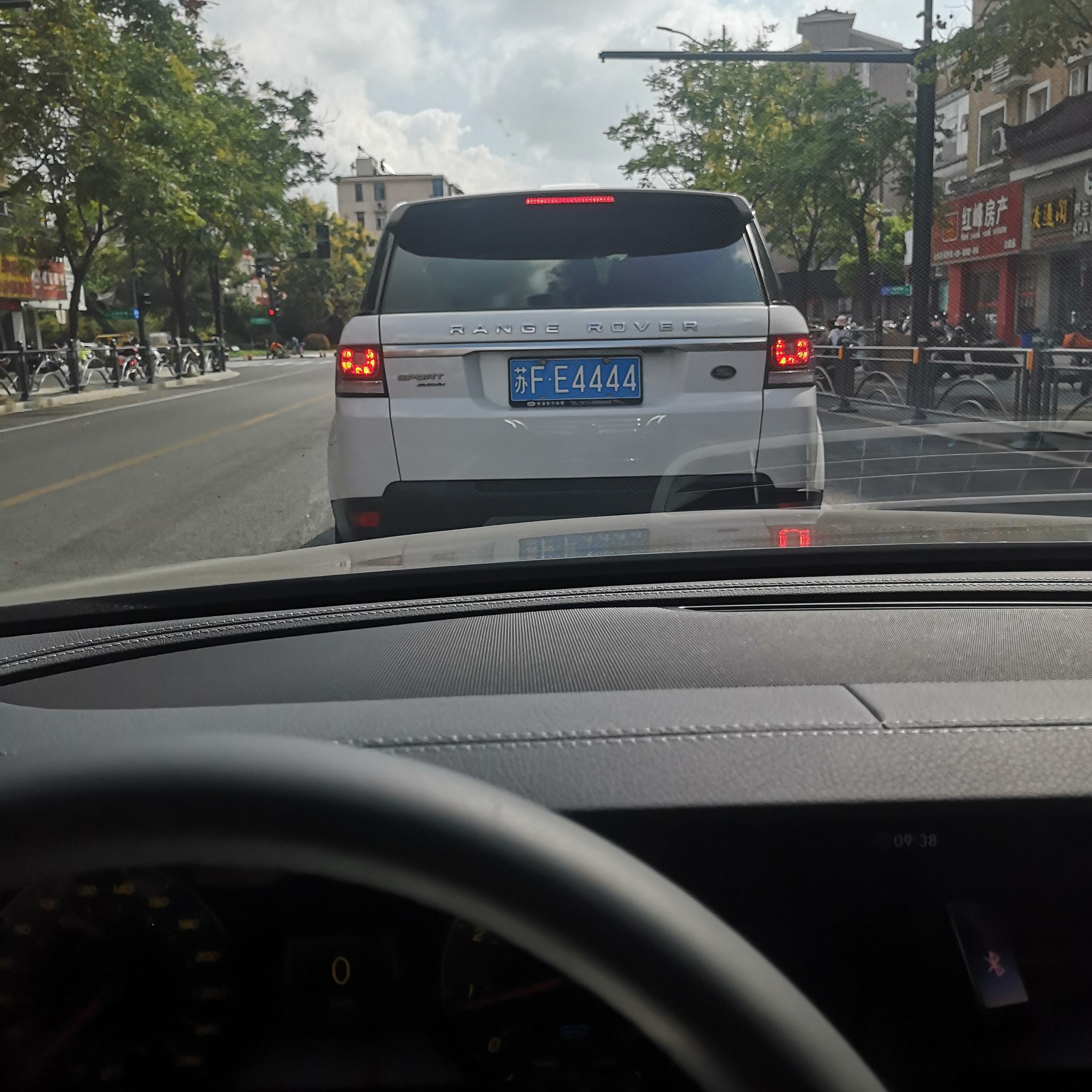 """网友街头偶遇车牌靓号:""""FE4444"""",挂在路虎揽胜上!"""
