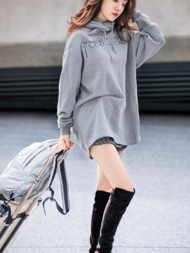 王晓晨时尚街拍照,看到她这双腿后:李溪芮都该认输了吧