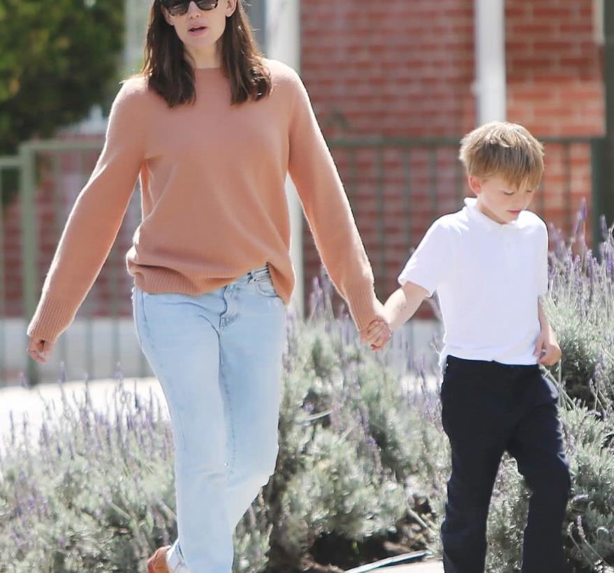詹妮弗·加纳街拍,身穿浅橙色针织衫搭配牛仔裤,减龄又优雅