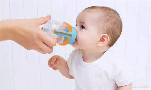 让宝宝爱上喝水的方法 你再也不用追着宝宝喂水啦
