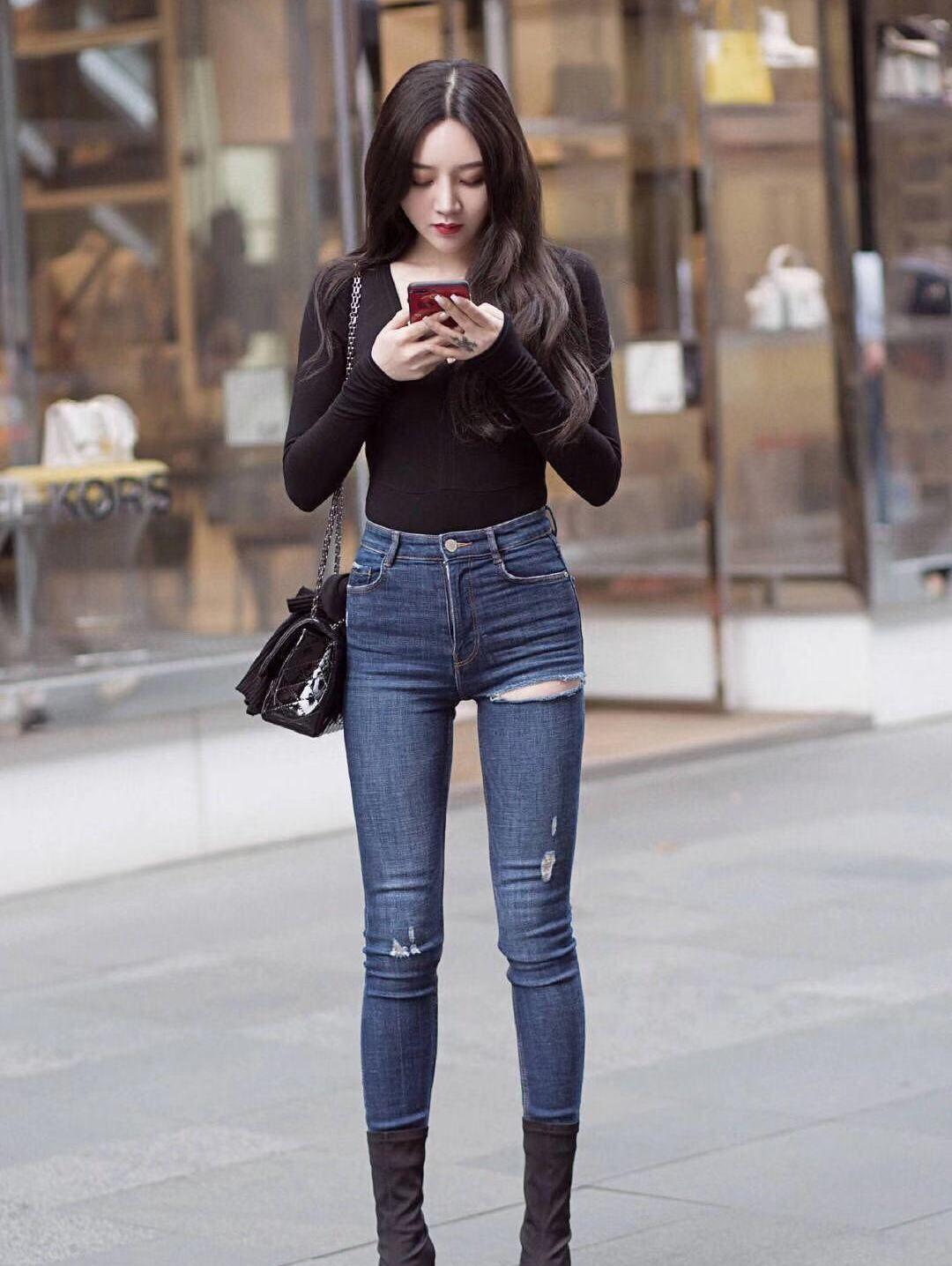 街拍,小姐姐黑色紧身上衣搭配牛仔裤,短靴凸显利落帅气