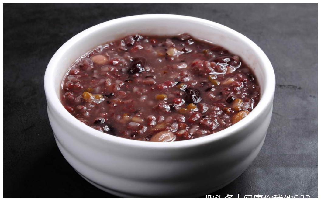八宝粥的原意是指用八种不同的原料熬制成粥
