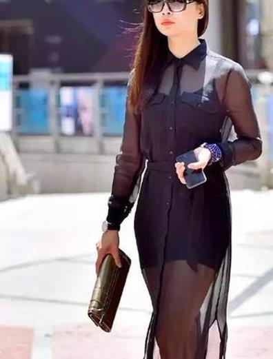 街拍:百般难描的美女,一条黑色的纱质连衣裙,时尚完美好身姿