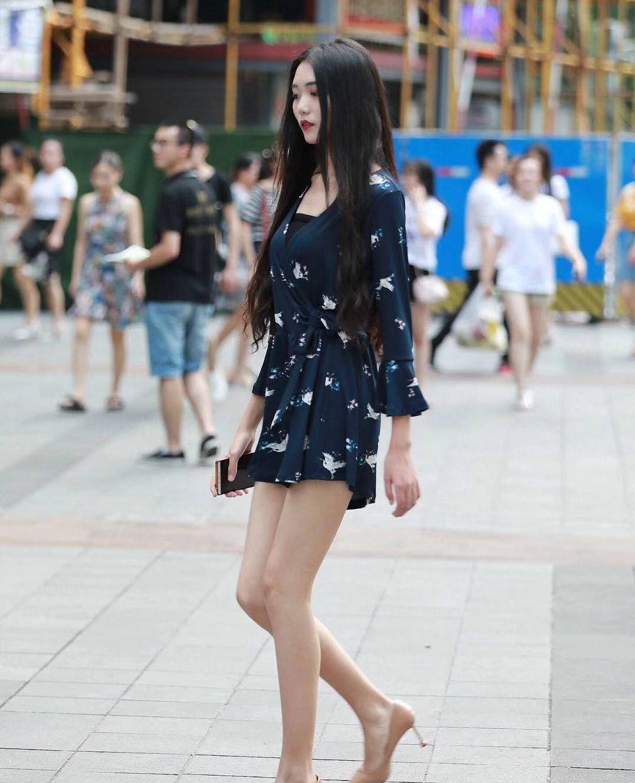 街拍,小姐姐蓝色收腰短裙搭配裸色高跟鞋,黑发披肩气质高雅
